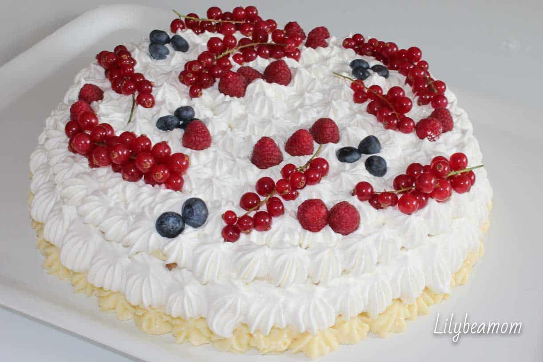 Torta di compleanno alla crema e frutti di bosco